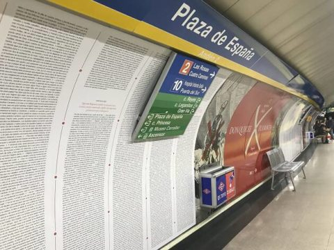 El Quijote completo empapela una estación de Metro de Madrid con motivo del Día del Libro