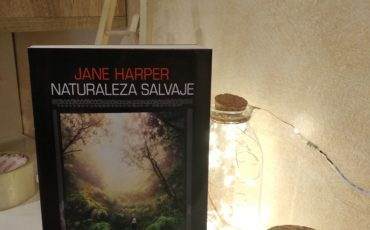 "Naturaleza salvaje de Jane Harper, ""un thriller potente, fascinante y muy recomendable.» The Times"