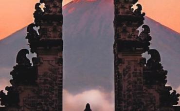 """""""El portal estaba partido en dos, como por un tajo. Separadas sus mitades de piedra, que se remataban en puntas como llamas. Cecilia cruzó, decidida, el umbral de piedra de la ciudadela"""""""