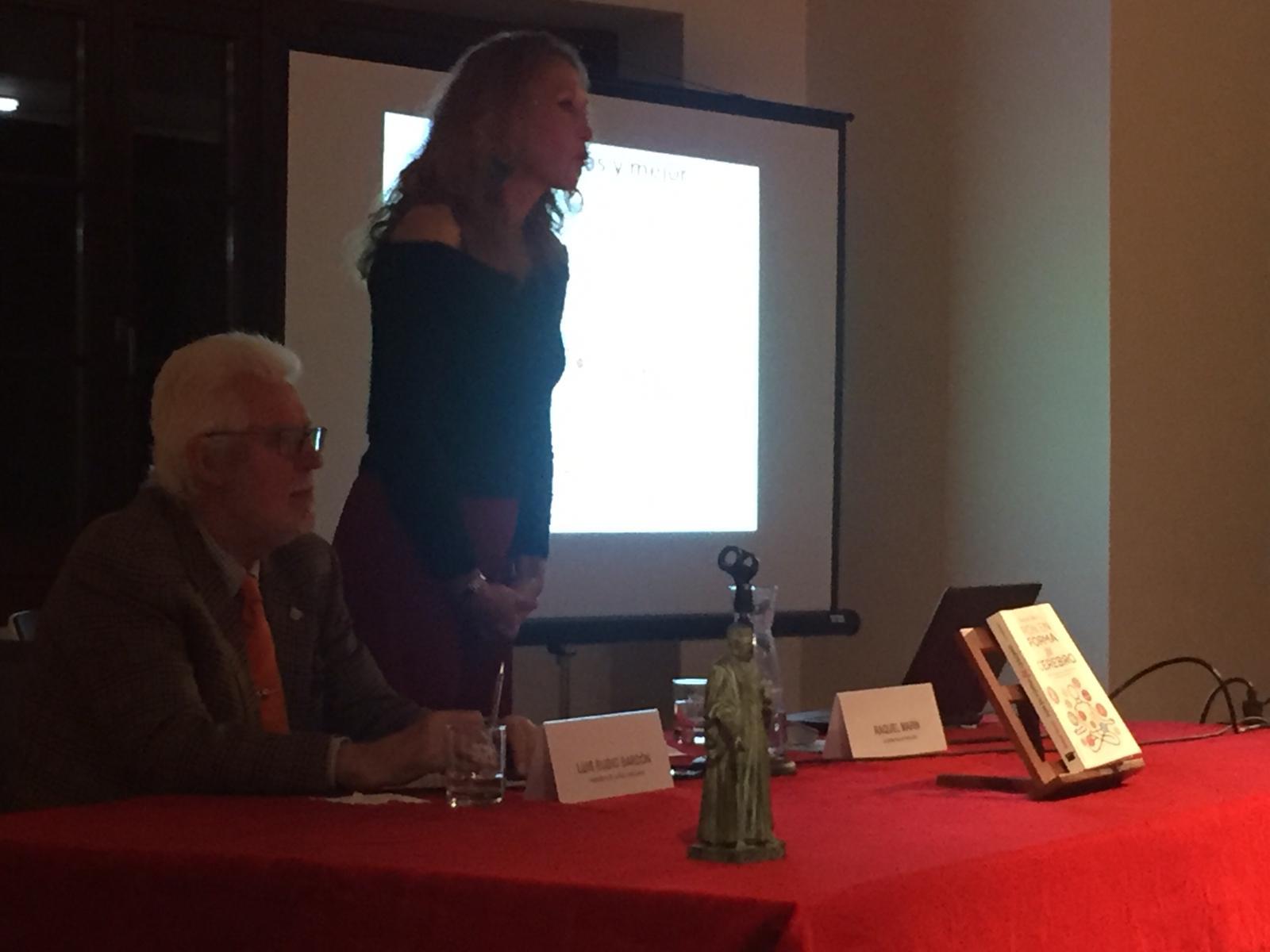 @raquelmarineuro ayer presentó su libro #ponenformatucerebro en Gijón
