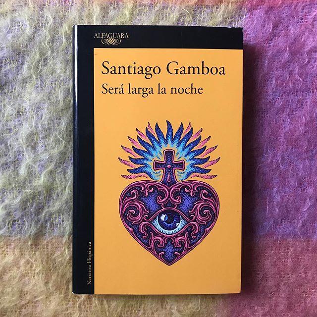 Prepárate para #viajardesdeelsofa: a Colombia. Déjate llevar por Santiago Gamboa y su última novela, «Será larga la noche».